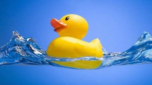 Il primo bagnetto di tuo figlio scopri come comportarti - Paperelle da bagno ...